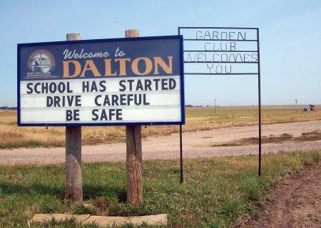 Cartel que anuncia el pueblo de Dalton, NE.