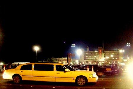 Limousine y el Sam Boyd Stadium detrás, con la antena del escenario asomando.