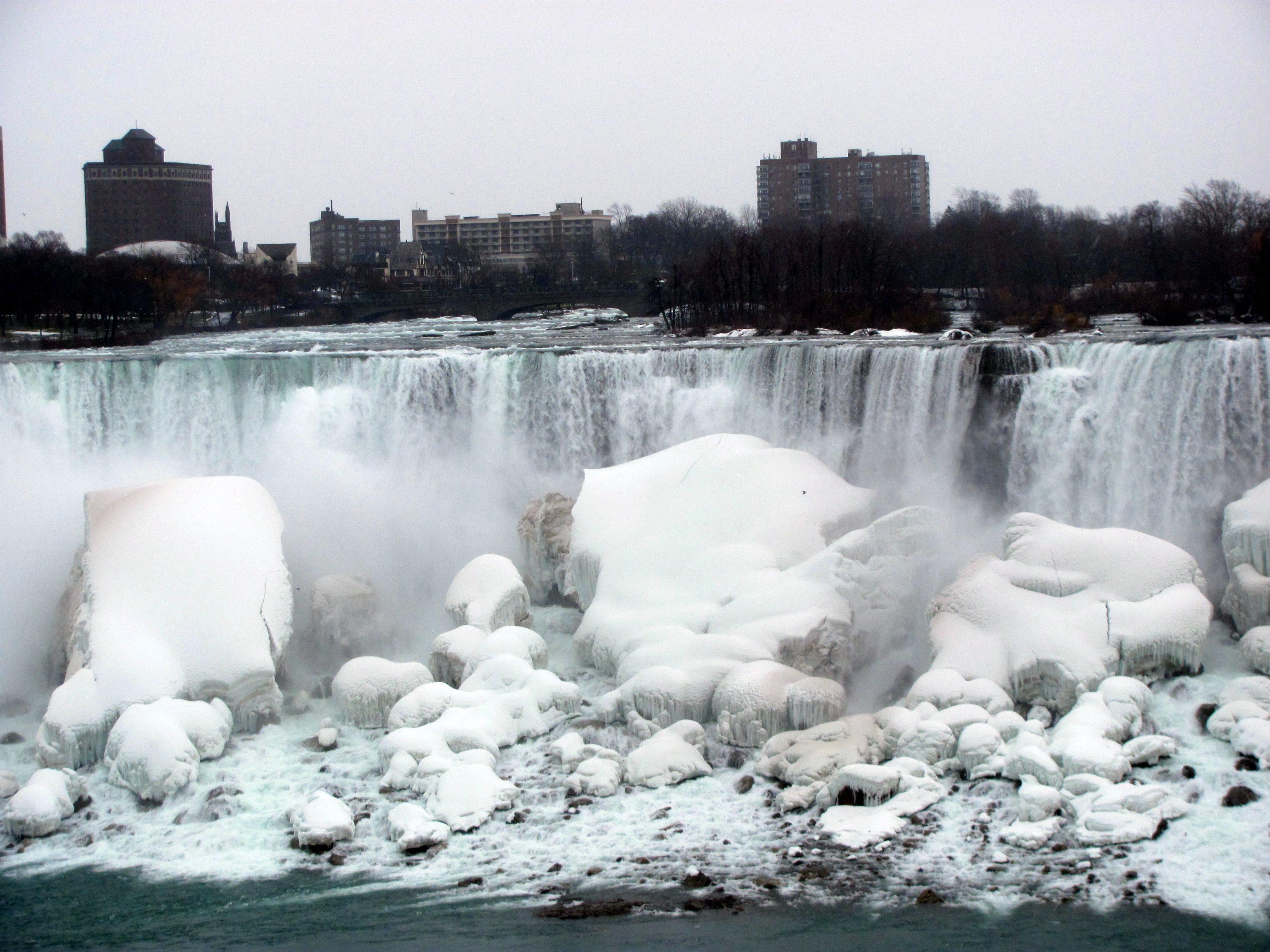 Rusa follando al aire libre entre la nieve helada